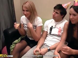 Русские студенты отмечают день рождения подруги и вот вот устроят групповуху
