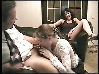 Две пьяные бабы не против развлечений с пришедшими парнями в русской порнухе