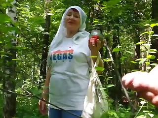 Собирающая грибы старуха наткнулась в лесу на молодого дрочера