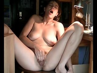 Молодая девушка на стульчике кончает от мастурбации