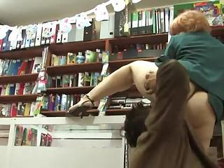 Мужик трахает в магазине зрелую продавщицу Зинаиду