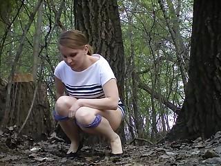 Девушки писают на улице, попадая на скрытую камеру