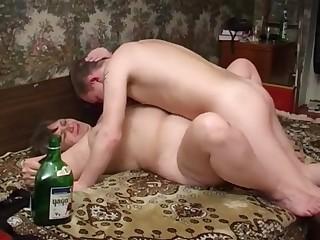 Секс по пьяни дома у старой соседки