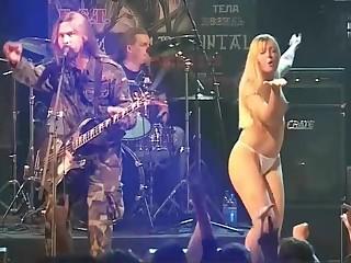 Голая танцовщица заводит публику на концерте группы Коррозия металла