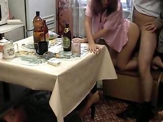 Русская баба напилась и дает трахать на кухонном столе