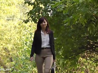 Девушка с вырезом на письке спокойно разгуливает в парке