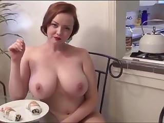 Голая хозяйка возбуждающе позирует на кухне