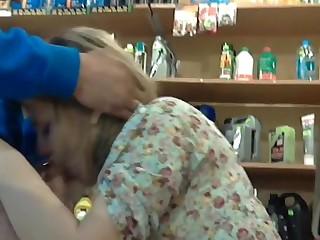 Губастая продавщица с прической каре отсасывает прямо в магазине