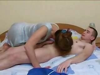 Наглый соседский футболист трахнул на кровати старушку и кончил ей в рот