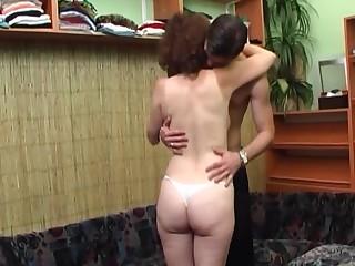 Молодой пихарь после ебли кончает на довольное лицо 50 летней кудрявой проститутке