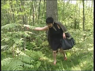 Два пограничника в форме наказывают в лесу старую контрабандистку с обвисшими сиськами