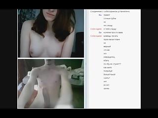 Любопытная студентка в видео чате смотрит на большой член и показывает свою красивую грудь