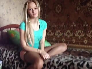 Светловолосая фигуристая принцесса снимает с парнем русское домашнее порно, вертясь сверху на члене