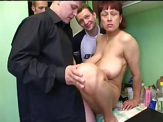 Толпа русских извращенцев на кухне устроили секс с соседкой 50 лет