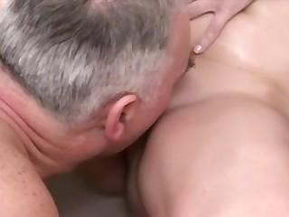 Старик беспардонно залез в ванну к мокрой квартирантке и отодрал её раком по полной программе