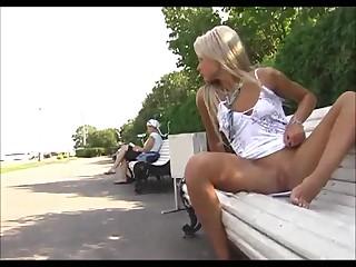 Светловолосая принцесса Валерия мастурбирует киску на улице