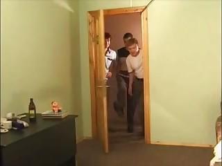 Русские пацаны практикуют двойное проникновение с 20 летней обнаженной куртизанкой в апартаментах