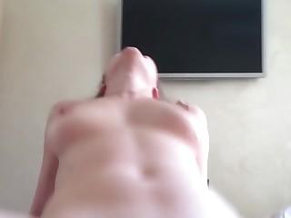 Мужик снимает на камеру своей первый анальный секс с очаровательной супругой