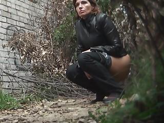 Скрытая камера в тихом уличном углу засняла писающих красоток