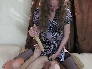 Губастая госпожа посадила тугой попой на трапон послушного раба