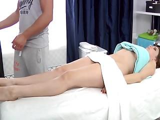 Русский порно массаж заставил 20 летнюю студентку кончить на кушетке