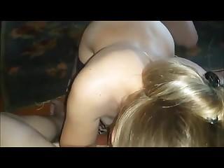 Мужик держа за талию рельефную самку, трахает её во все щели с другом